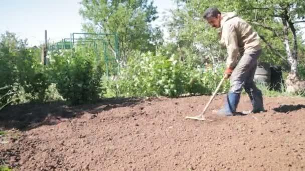 Uomo che agricoltore stivali gomma una zona periferica for Livellare terreno