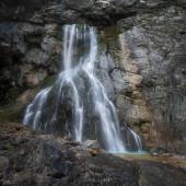 Wasserfall fließt aus dem Fels