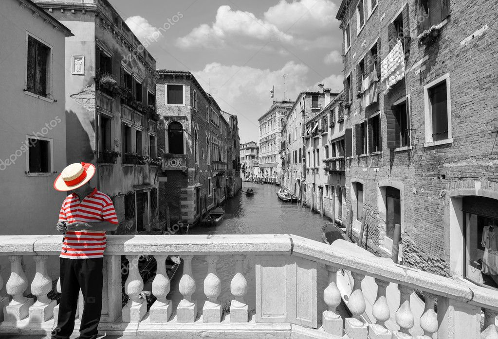 schwarz wei br cke ber einen kanal in venedig mit selektiven rote farbe auf dem gestreiften. Black Bedroom Furniture Sets. Home Design Ideas
