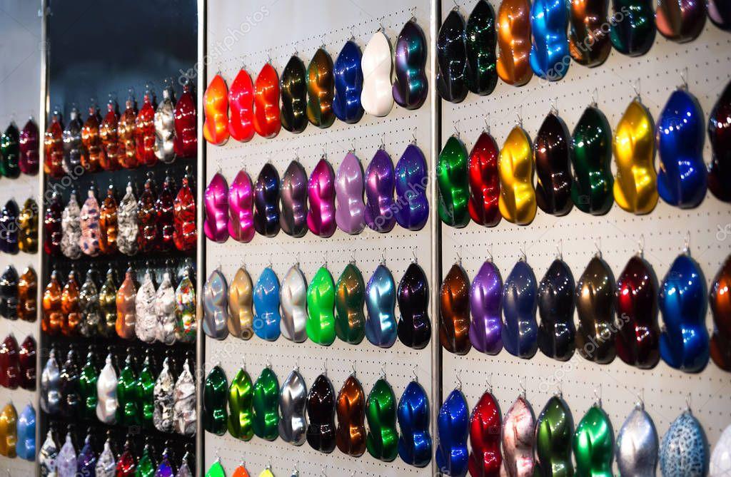 Colori Vernici Auto : Campioni di vernice metallizzata auto stand con esempi di colore