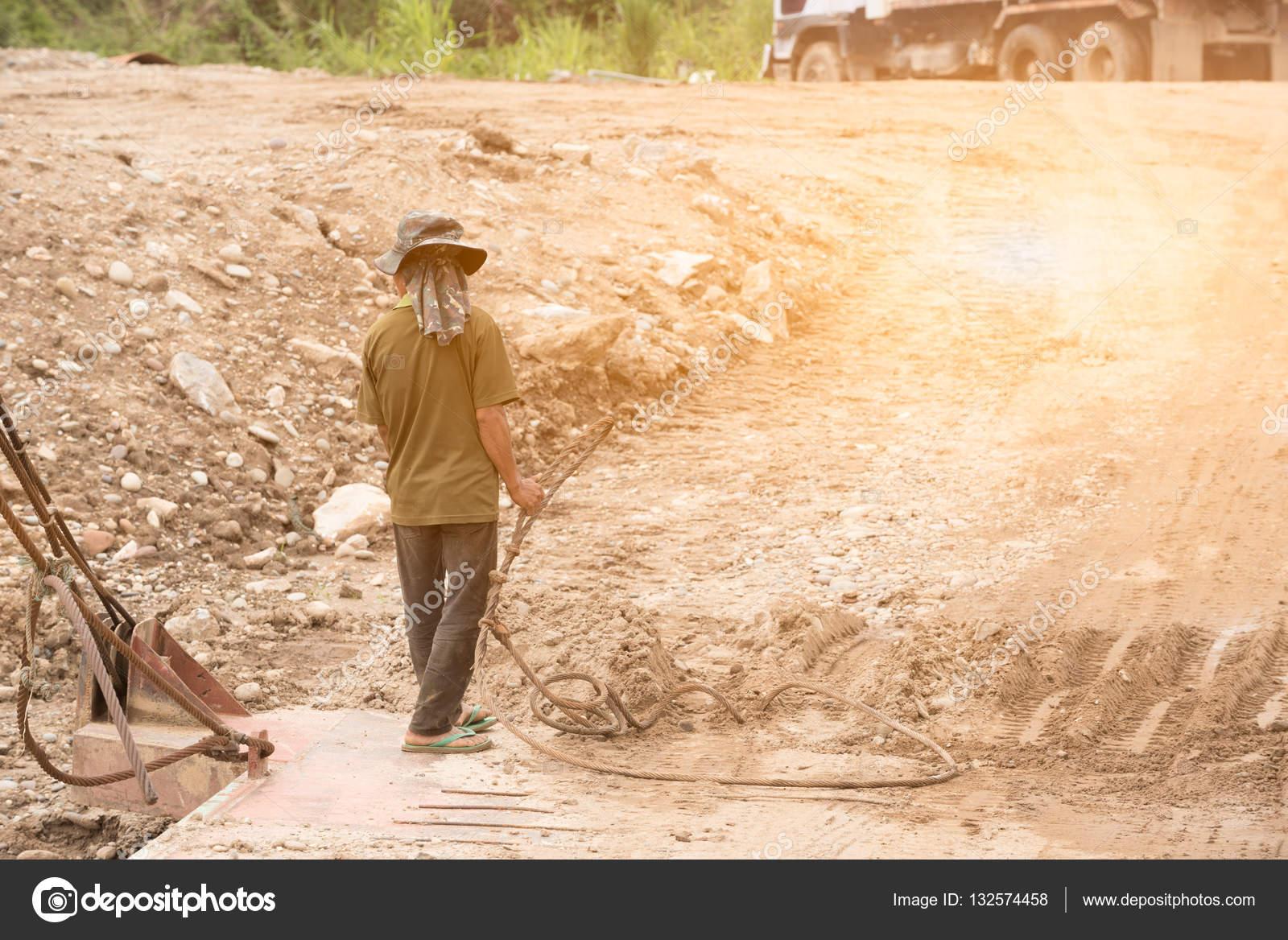 Arbeiter auf Ponton halten vorgespannten Beton Draht beim Ponton ...