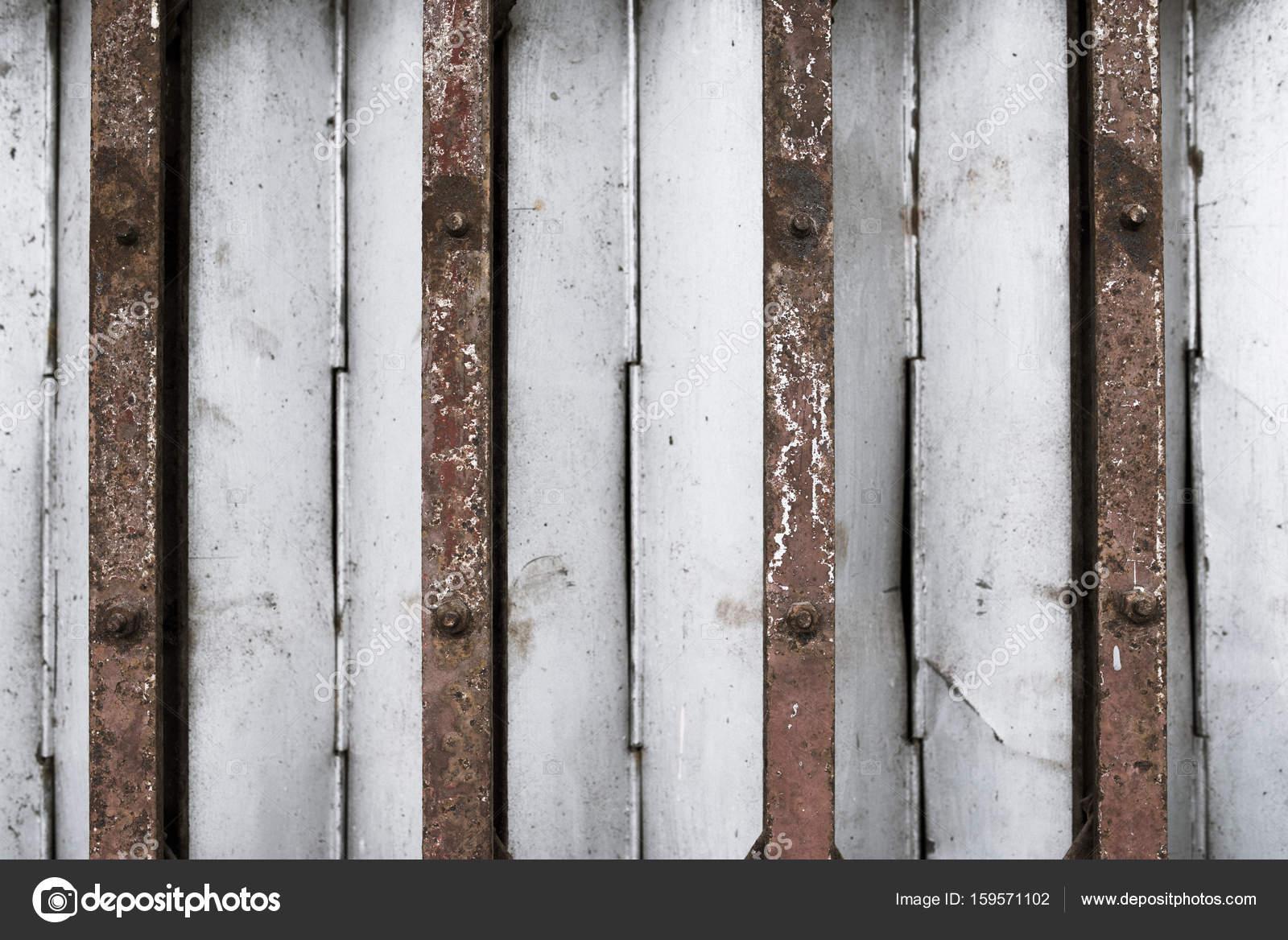 Antieke dia stalen deur vergrendeld. oude stijl van nauwe rode staal