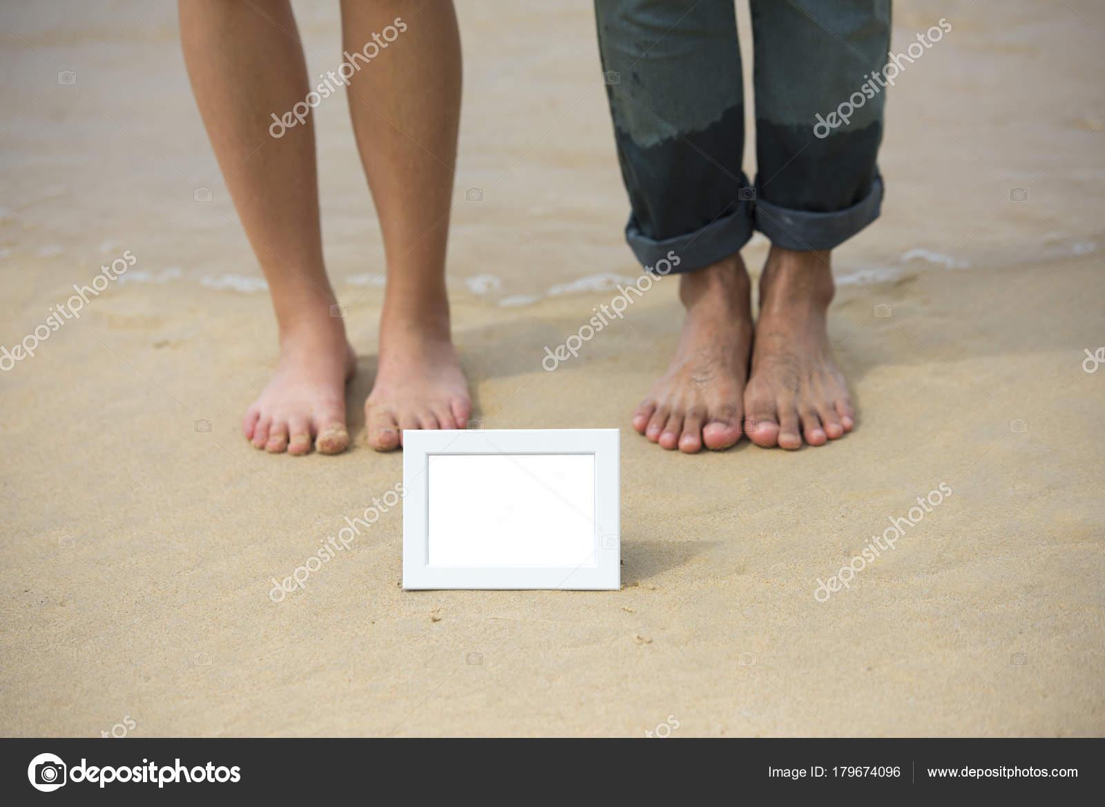 verschwommen zwei Füße von asiatischen paar mit weißen leeren ...