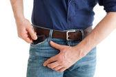 Chytrý telefon v kapse Pánské džíny. Člověk si pořídí telefon ke kontrole zprávy