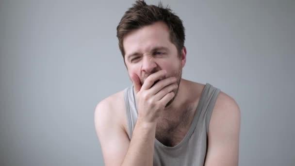 Kaukázusi fáradt férfi szenved álmatlanság ásítás reggel