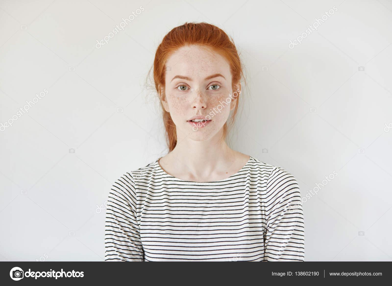 нежная девочка позирует фото