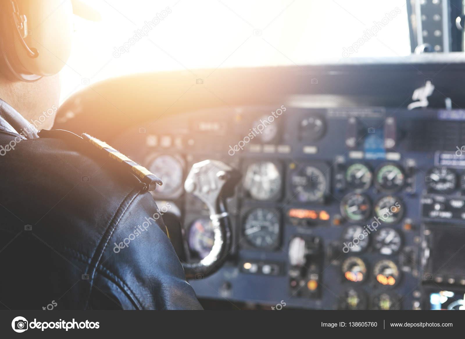 Adulto pilota seduto all 39 interno della cabina dell for Piani economici della cabina di ceppo