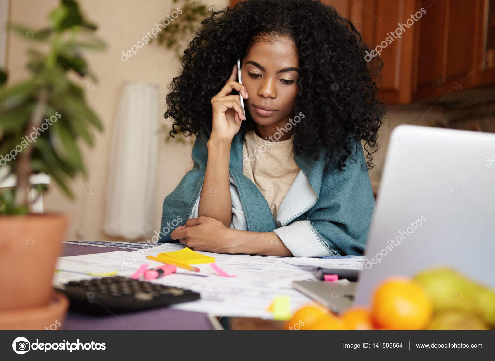 Ebony λεσβία κάθεται στο πρόσωπό βίντεο