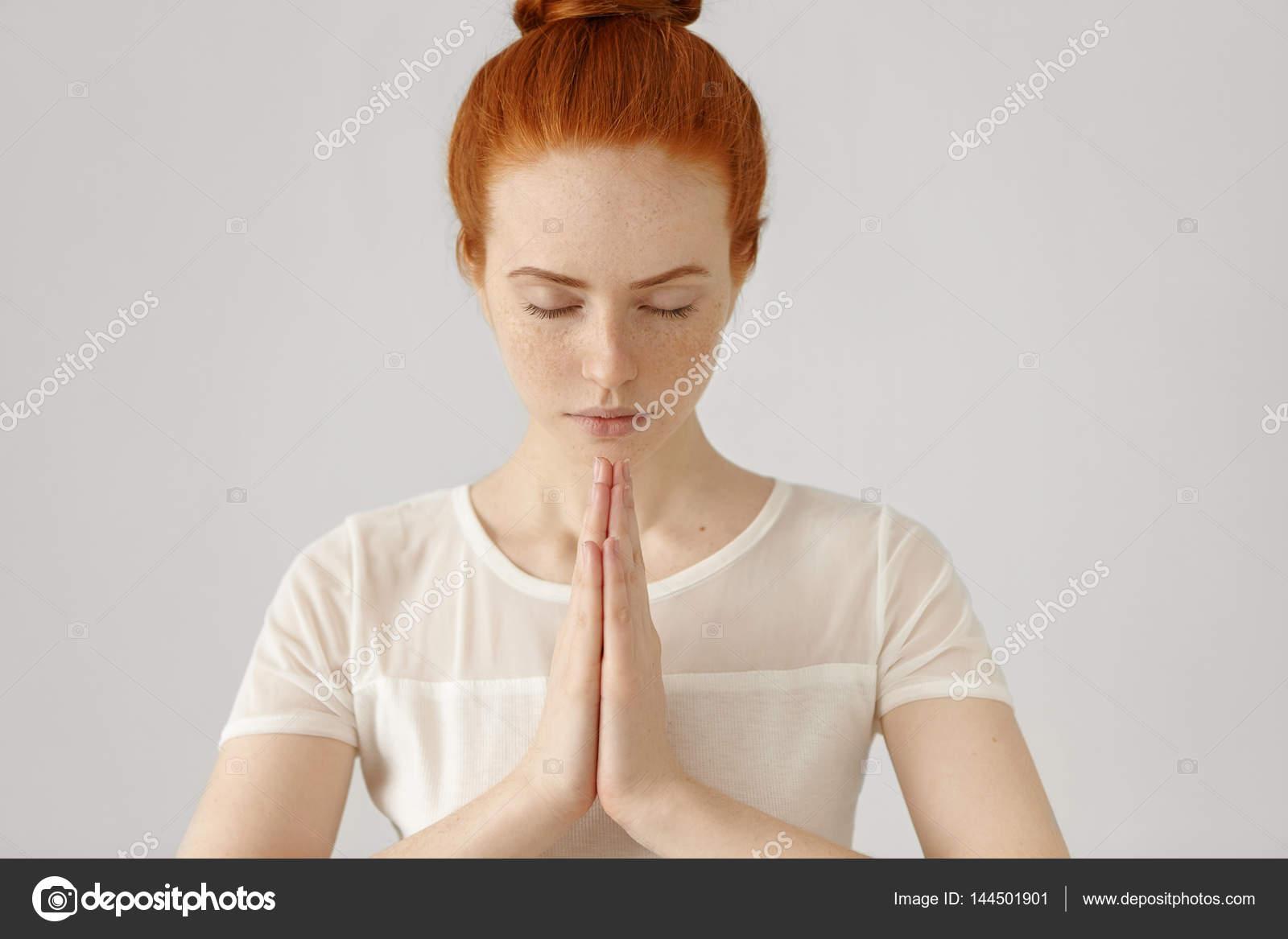 Девушка молиться за любовь
