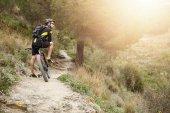 Fotografie Radfahrer auf Trail im Wald stehen