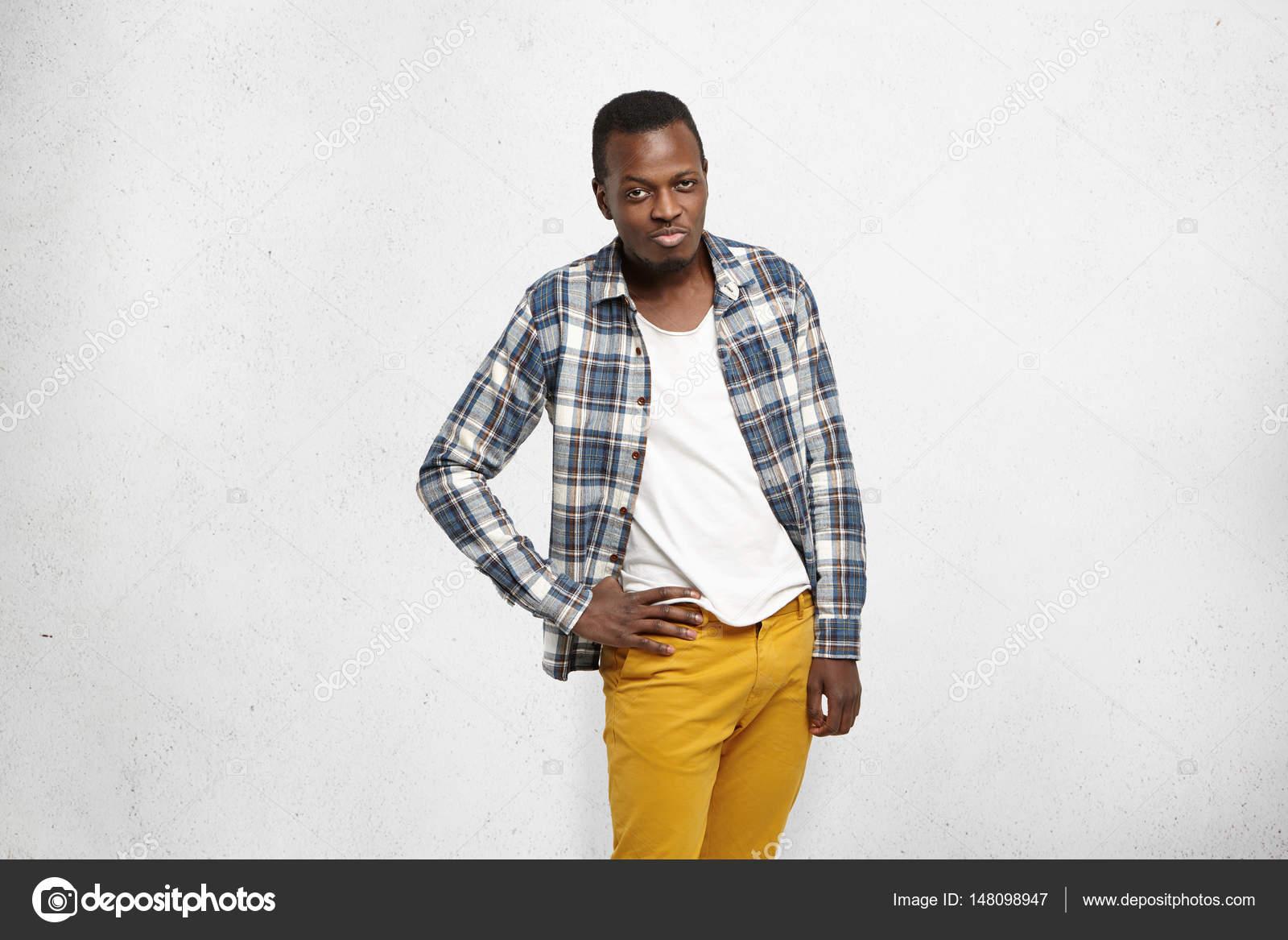 1f73af9de Hombre con pantalones de mezclilla mostaza — Fotos de Stock ...