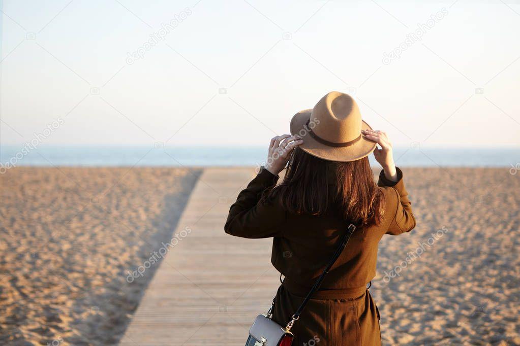 brunette girl wearing hat