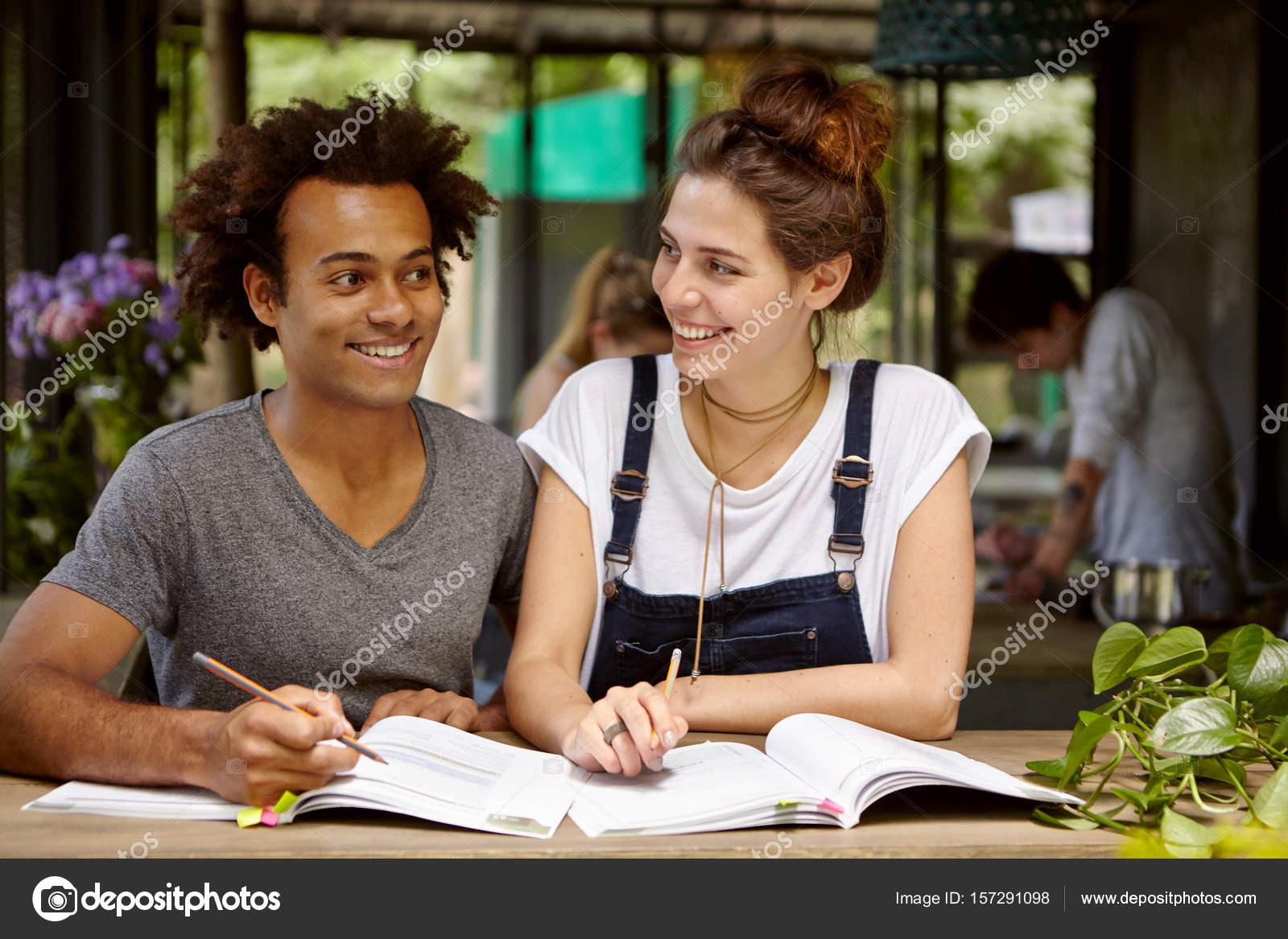 Studenten im Café schreiben Kompositionen — Stockfoto © avemario ...