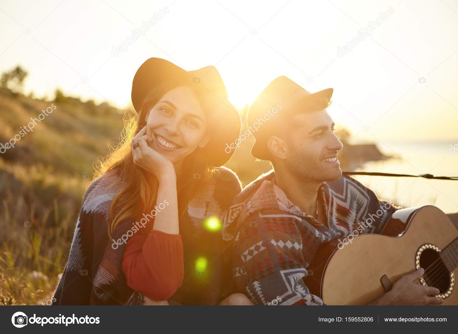 Mężczyzna śpiewanie Piosenek O Miłości Do Dziewczyny