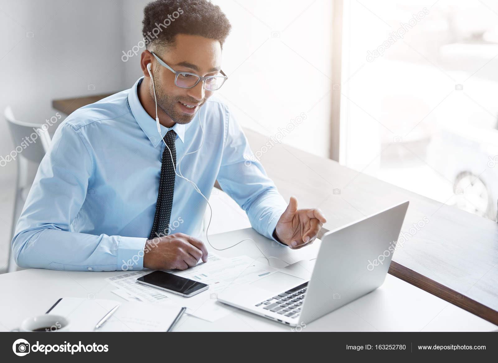 Темнокожий студент и белая онлайн