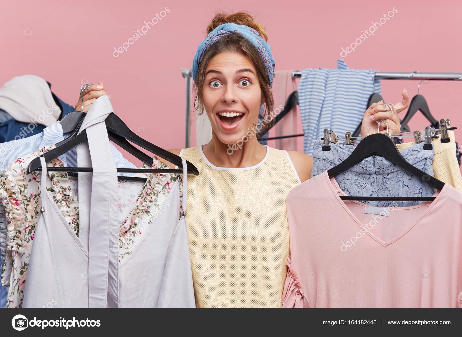 2b8e60fef8 Imágenes  personas comprando ropa