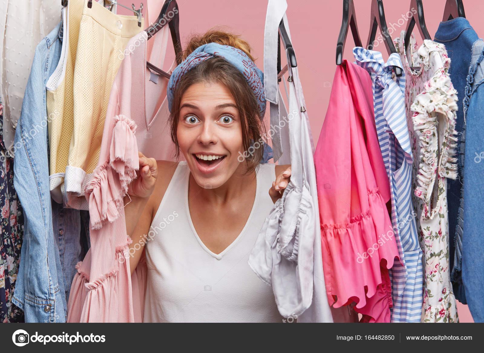 mujer mirando a través de estante con ropa — Foto de stock ...
