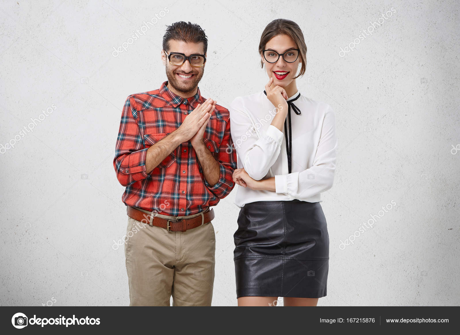d2a5bdb3ec Οριζόντια πορτρέτο του αστεία γελοίο δυο γενειοφόρος αρσενικό geek σε παλιά  ξεπερασμένης γυαλιά και όμορφη πανέμορφη νεαρή γυναίκα που φοράει μοντέρνα  ρούχα ...
