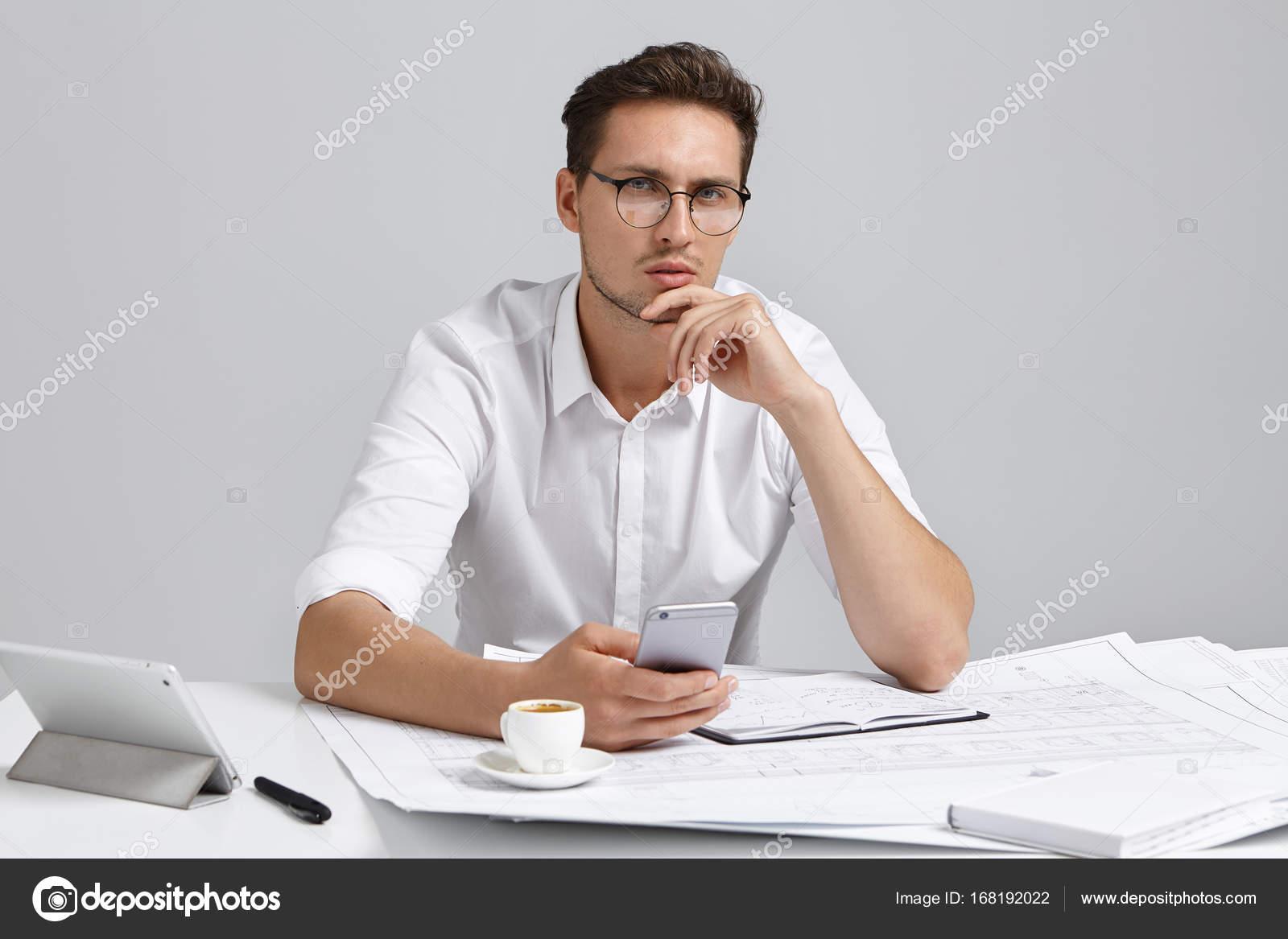 entrepreneur homme barbu assis au bureau photographie avemario 168192022. Black Bedroom Furniture Sets. Home Design Ideas