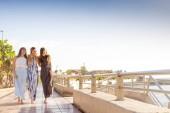 Fotografie Schönheit zusammen drei junge Frauen gehen im Team zusammen, genießen den Sommer auf Teneriffa. Urlaub mal lachen und Lächeln
