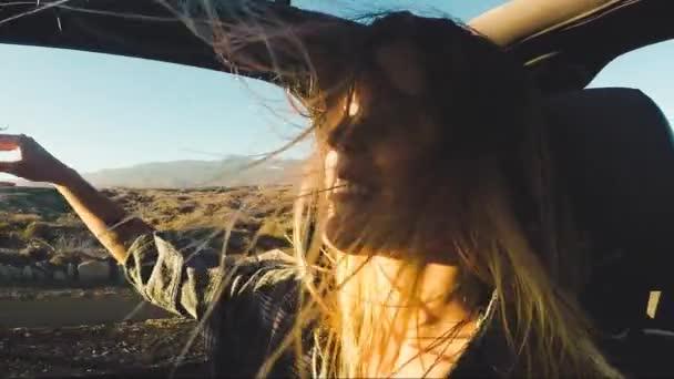 Nadšený, hezká žena na Road Trip v kabriolet auto