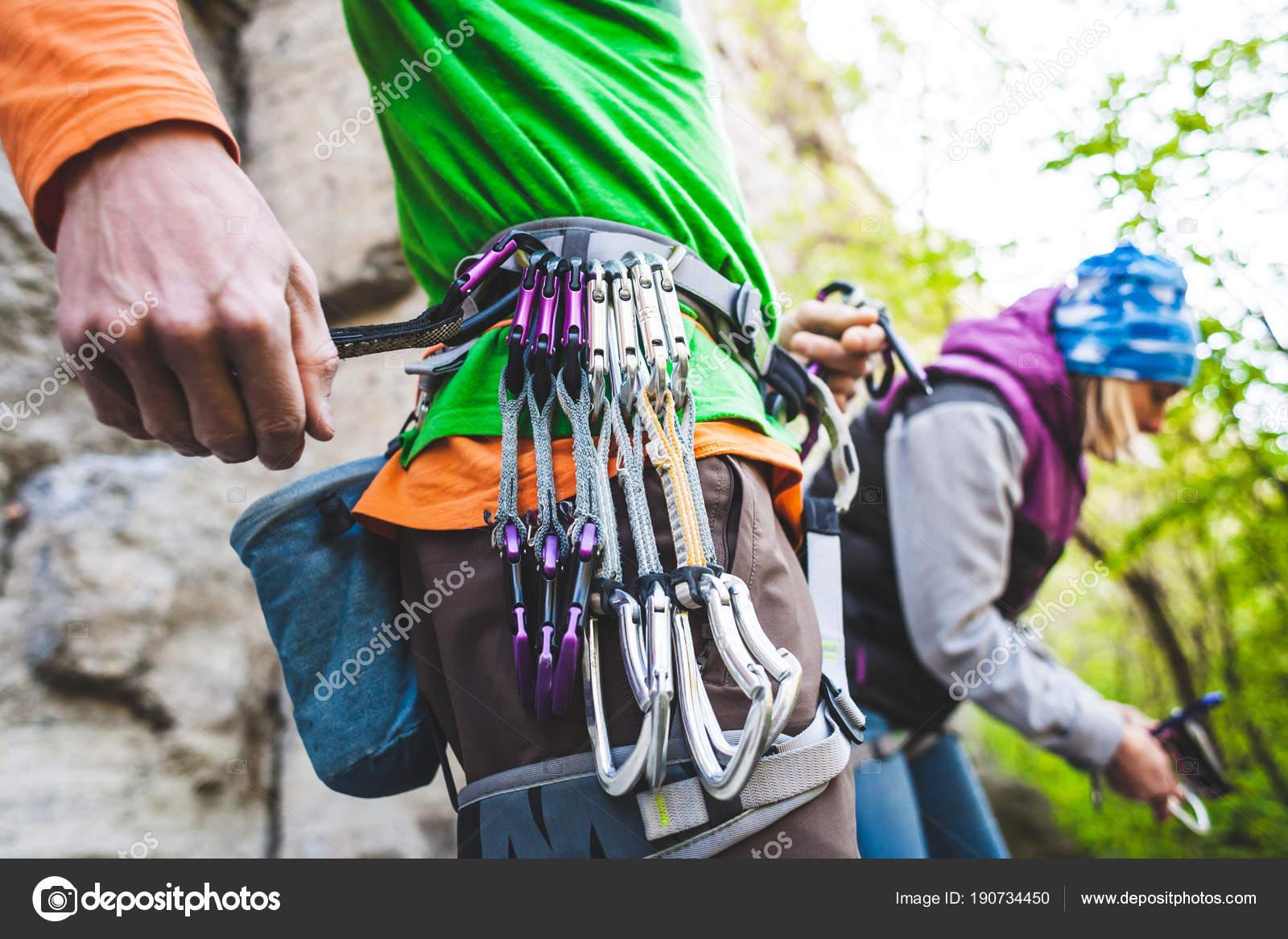 Kletterausrüstung Für Draußen : Mädchen mit kletterausrüstung klettern wald neroberg wiesbaden