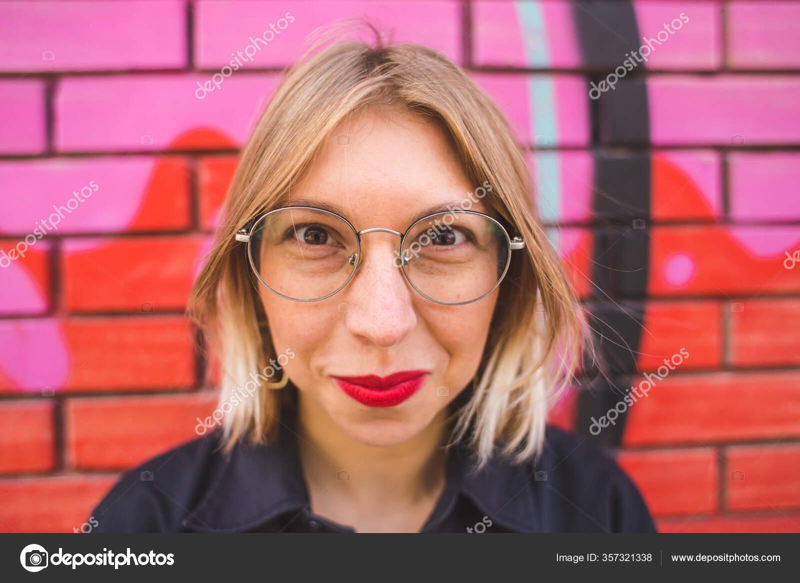 Blondine Mit Brille
