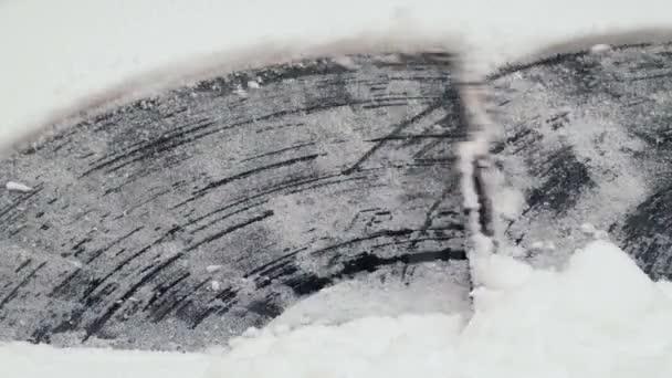 Stírače, ale odstranění sněhu z čelního skla