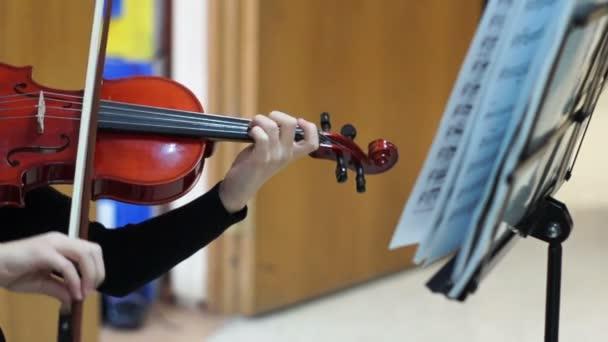 Iskolás hegedülni az iskolában