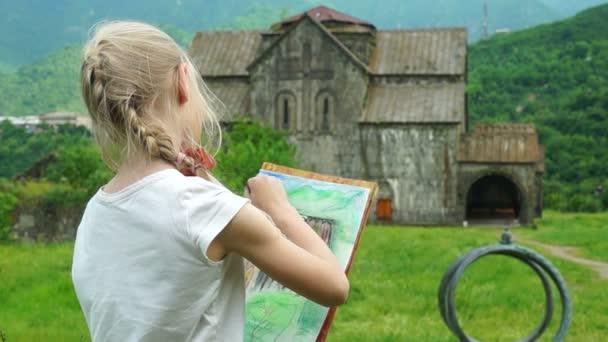 Školačka kreslení obrázek křídy ve venkovním prostoru