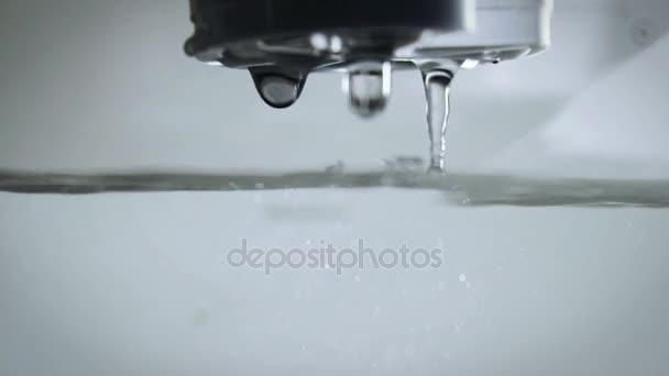 Čištění vody pomocí vodního filtru zblízka