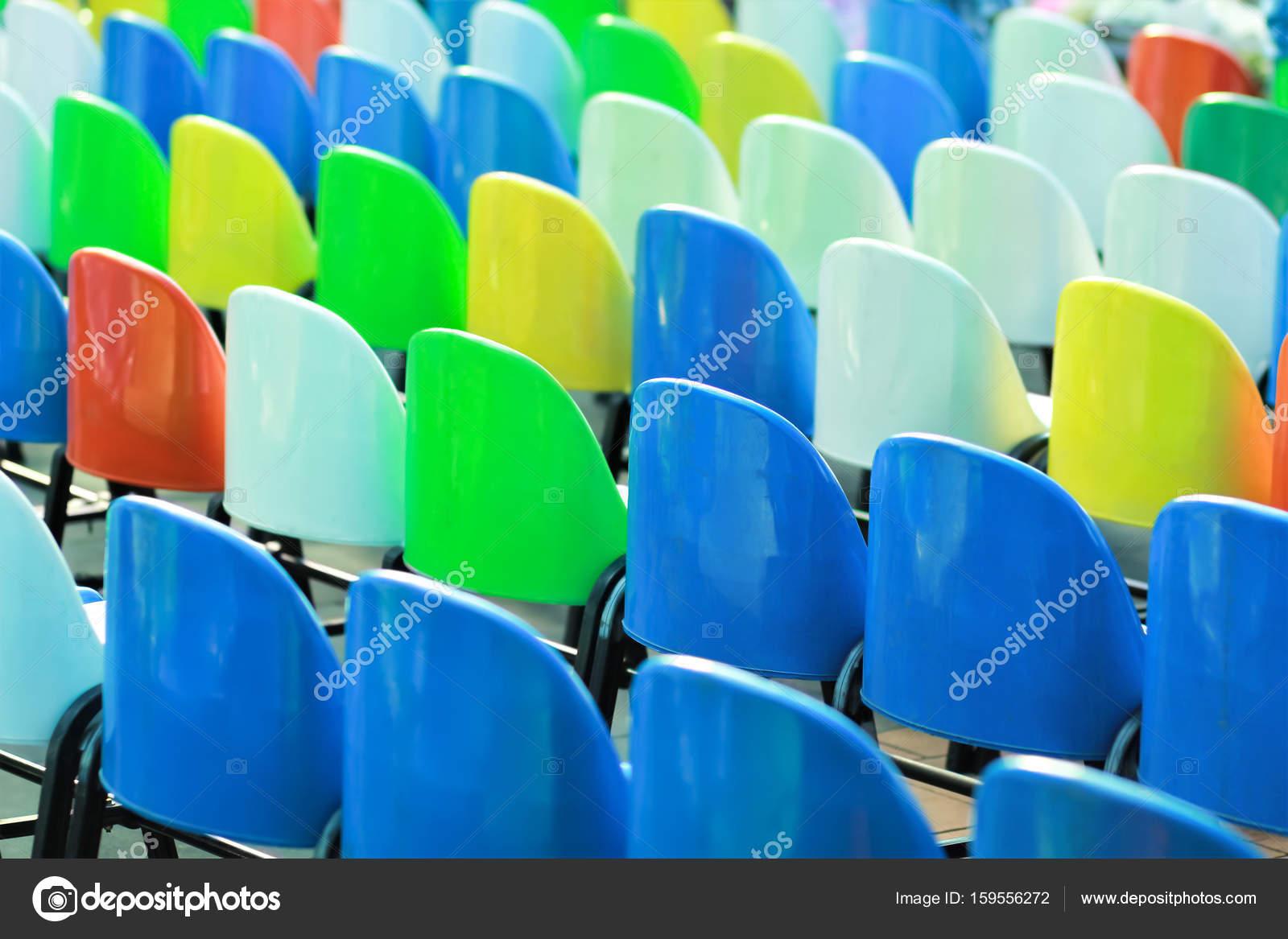 Reihen von bunten Kunststoff-Stühle — Stockfoto © Mr_Ptica #159556272