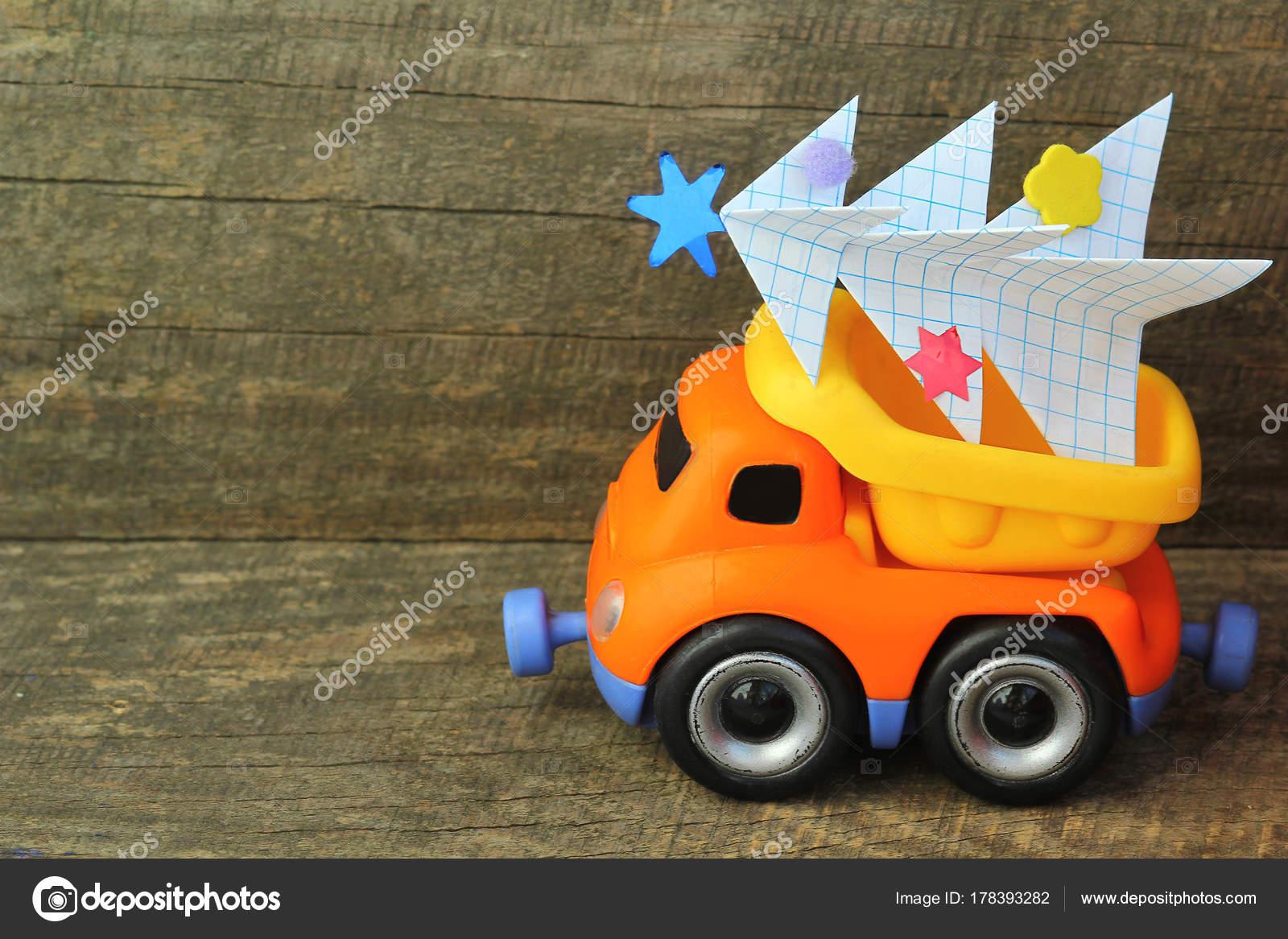 Juguete Carro Llevando Mano Hecho Arbol Navidad Papel Sobre Fondo