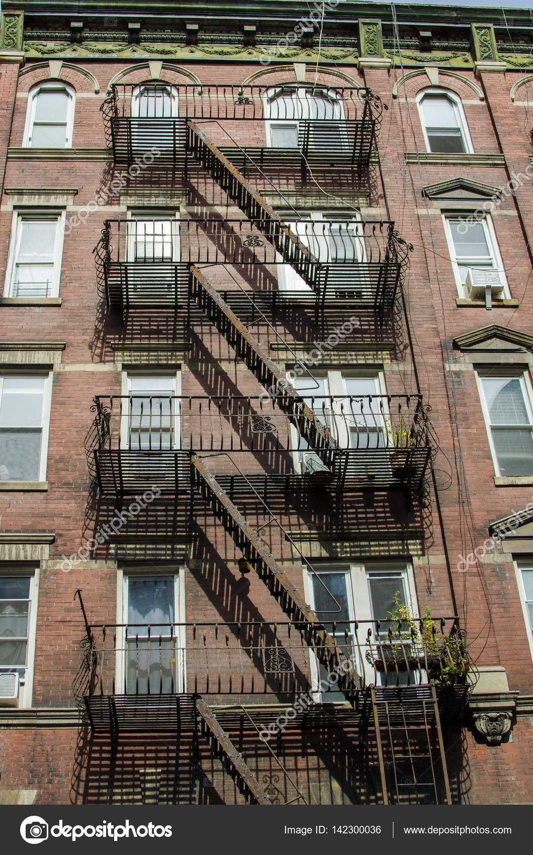 les vieilles maisons typiques avec escalier de secours manhattan new york photographie mark. Black Bedroom Furniture Sets. Home Design Ideas
