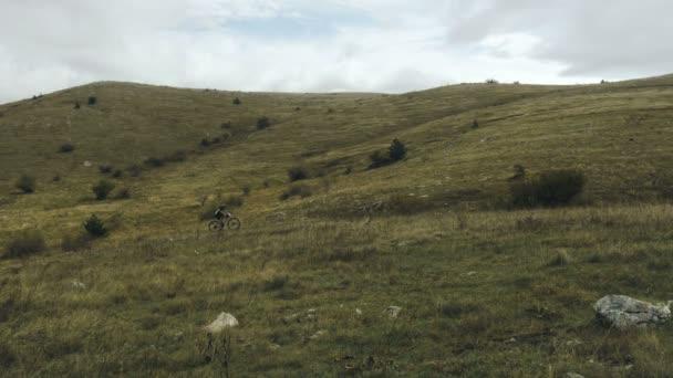 mountainbiker cyklistu jedoucího na horské silnici na sportovní kolo
