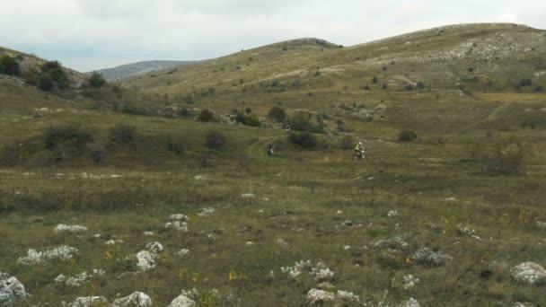 Skupina rider cyklista sportovní MTB vyjížďky na horském údolí