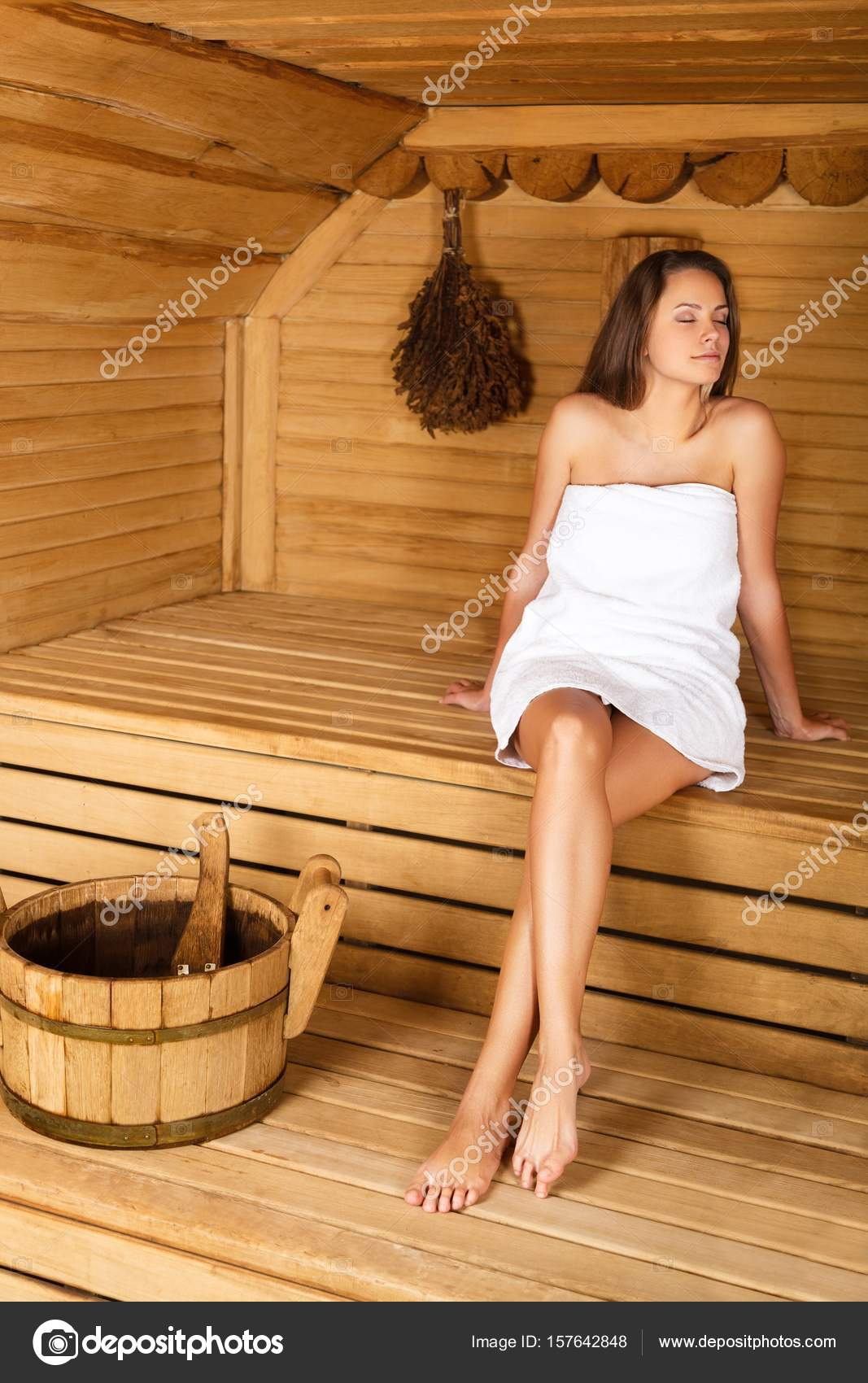 Junge Frau in sauna — Stockfoto © billiondigital #157642848