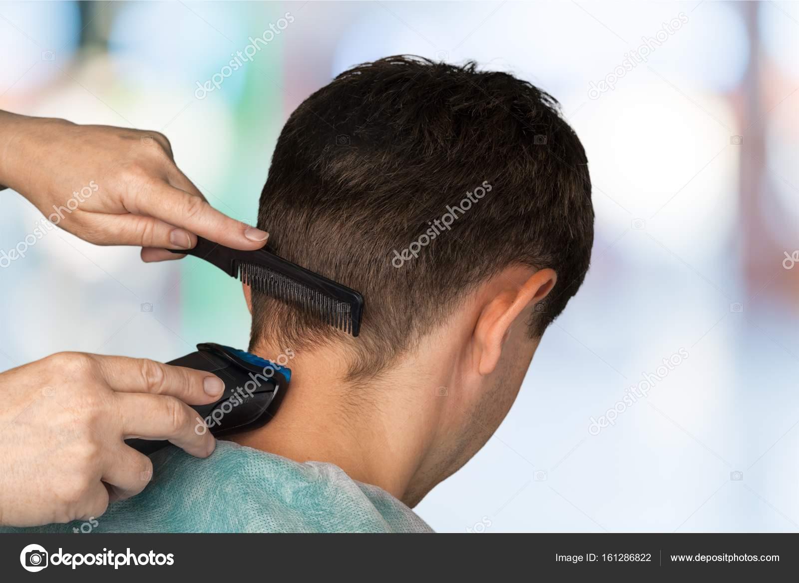 Κοντινό πλάνο ενός ανθρώπου που έχοντας ένα κούρεμα με μηχανές κουρέματος —  Εικόνα από billiondigital e65eb7a9090