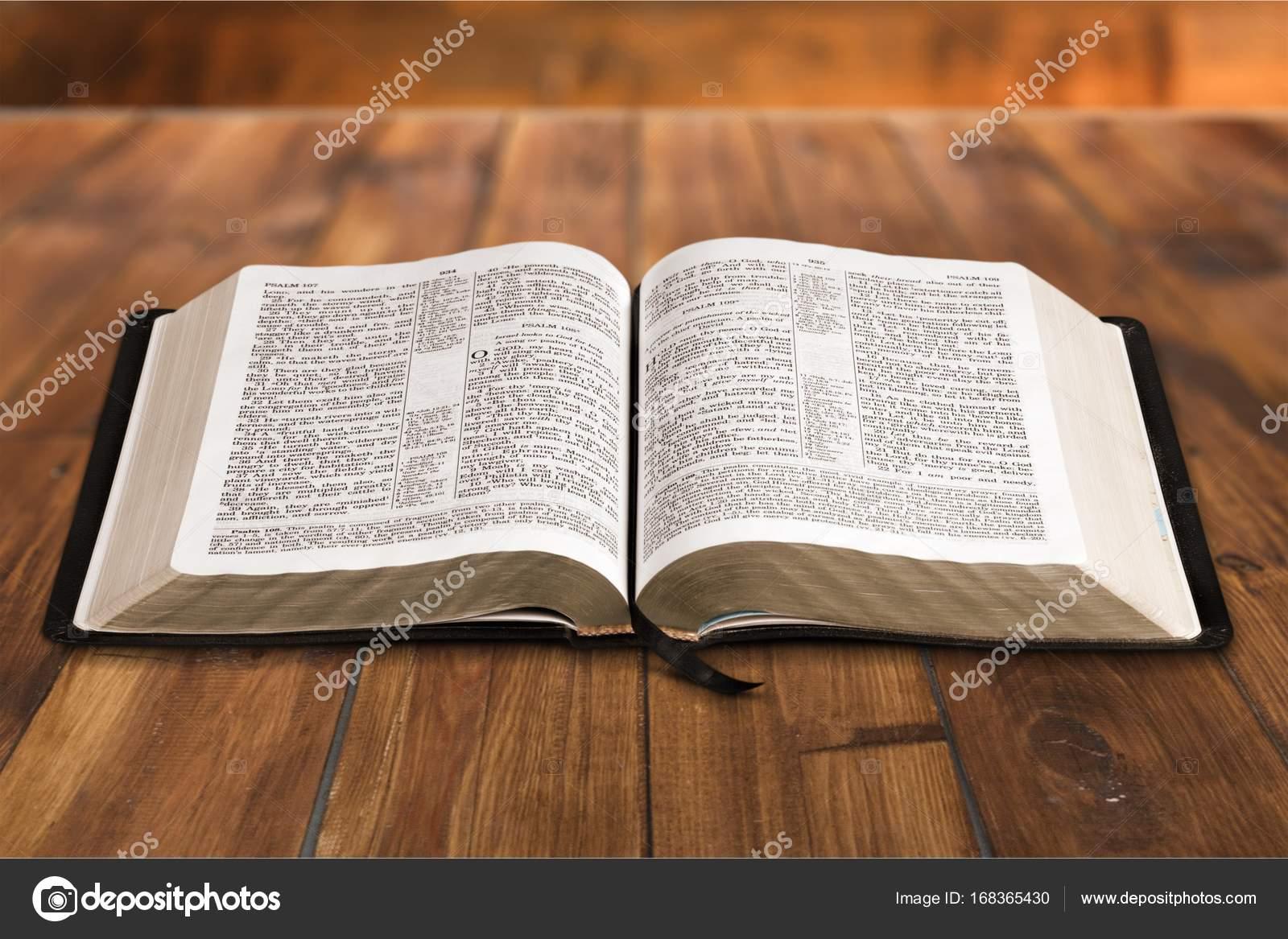 Imágenes Una Biblia Libro De La Biblia Foto De Stock
