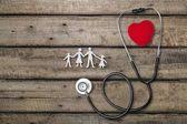 Zdravotní stetoskop se srdcem na dřevěné pozadí