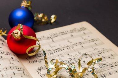 Christmas balls on notes