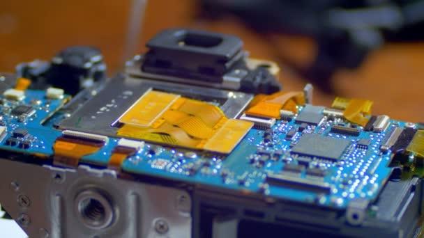 Funktechniker repariert elektronische Leiterplatte