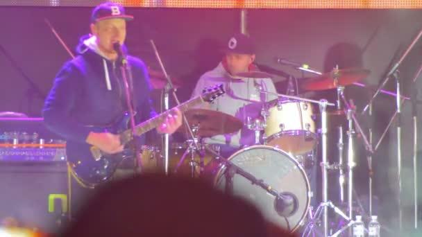 Játszik a színpadon, egy Rock koncerten gitáros