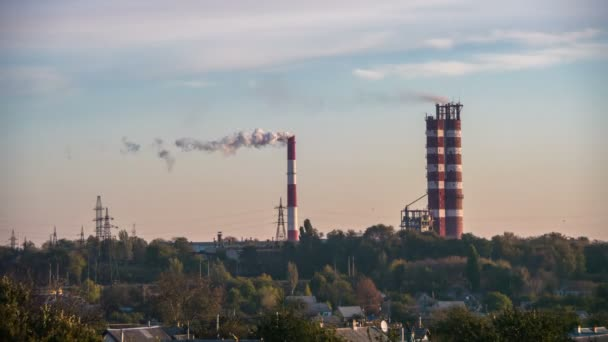 Rauch aus Rohren der Industrieanlage in der Stadt.