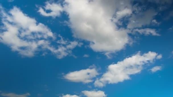 Wolken ziehen in den blauen Himmel