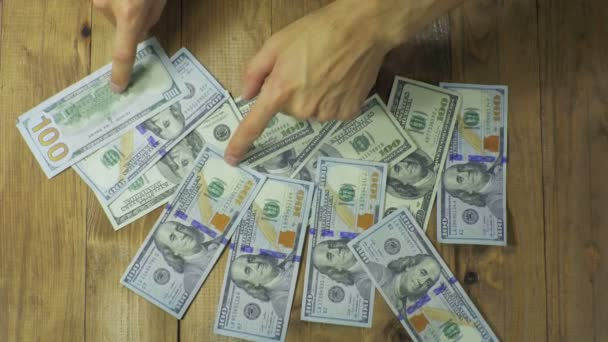 Dolarové bankovky na dřevěný stůl