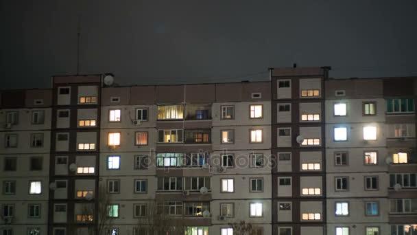 Multistorejská budova s proměnlivým osvětlením oken v noci
