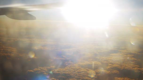 Osobní letadlo za letu na pozadí západ slunce