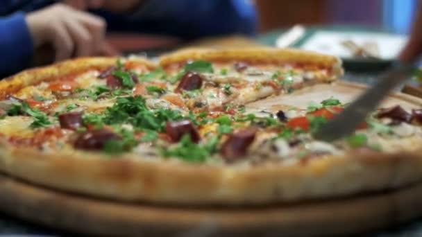 Pizza su un piatto di legno nella Pizzeria
