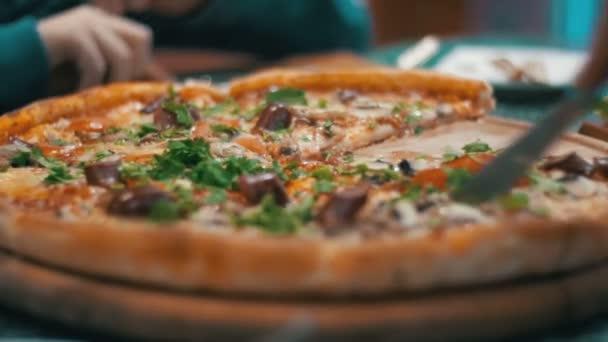 Pizza a pizzériában fából készült tál
